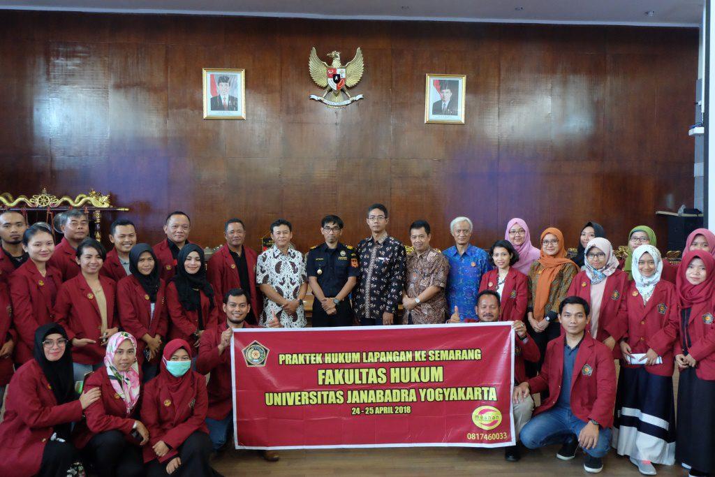 Dari Yogyakarta, Mahasiswa Hukum Janabadra Kunjungi Bea Cukai Tanjung Emas