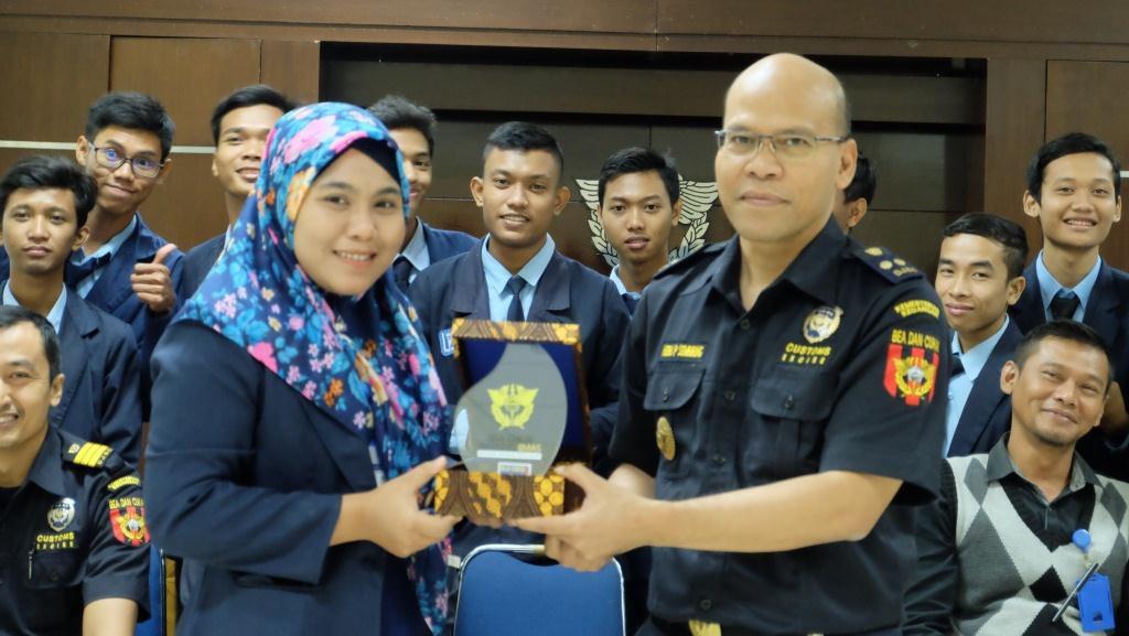 Dalami Ekspor Impor, LP3I Kunjungi Bea Cukai Tanjung Emas