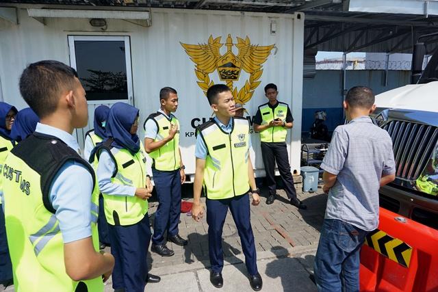 Kunjungan Mahasiswa PKN STAN ke Pelabuhan Tanjung Emas