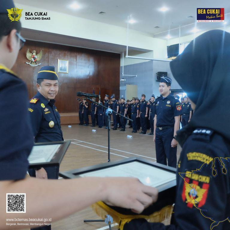 Tiga Pegawai Bea Cukai Tanjung Emas Diganjar Penghargaan